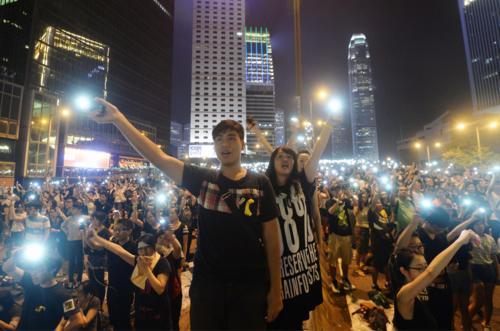 香港の次期行政長官選挙をめぐる中国の決定に抗議し、政府庁舎近くの幹線道路... 香港の次期行政長