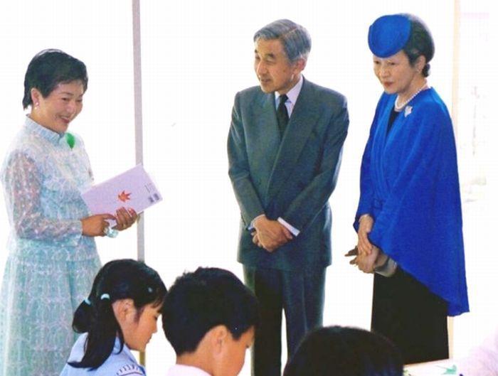 天皇、皇后両陛下の前で「葉っぱのフレディ」を朗読するみらいななさん(左)=旧須玉町(2001年5月)